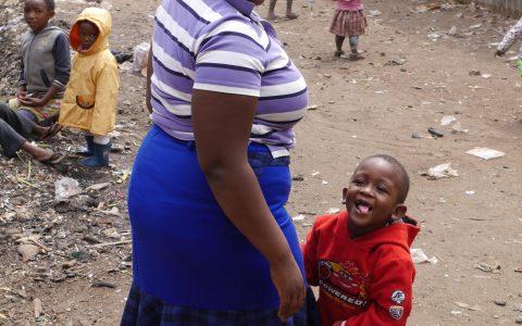 Ein fünfjähriger Junge hat in Physiotherapie laufen gelernt